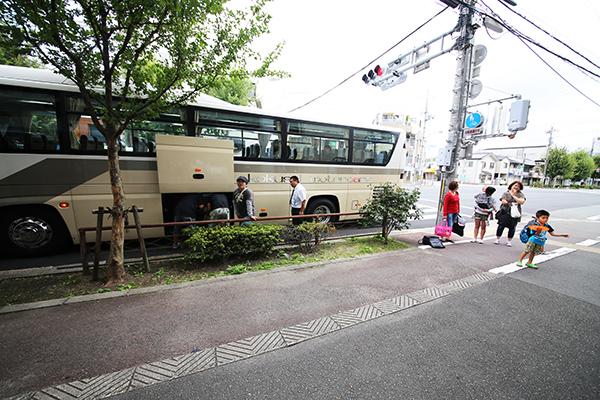 観光バスで出発